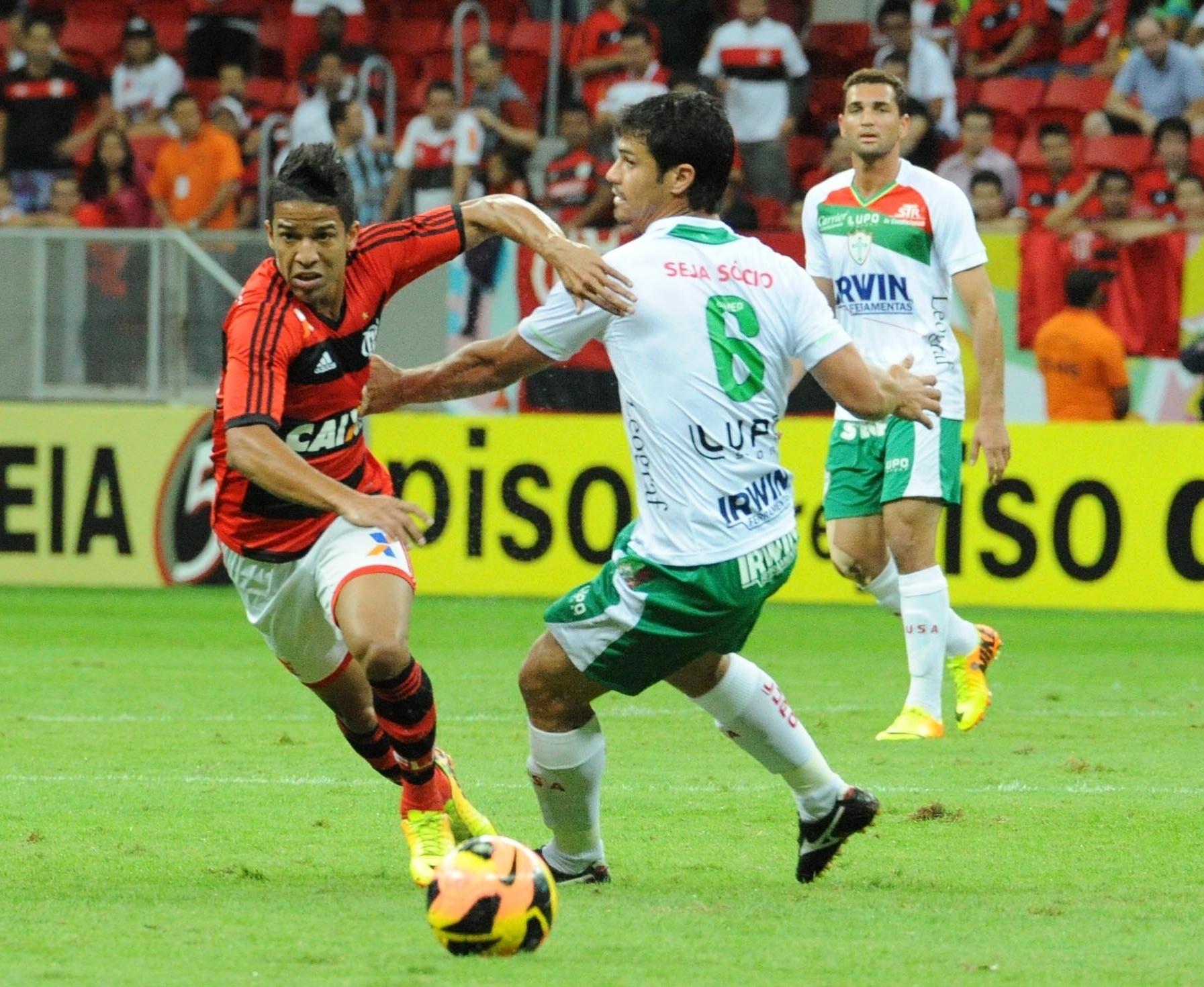 07.08.13 - Nixon faz jogada pelo Flamengo contra a Portuguesa pelo Campeonato Brasileiro