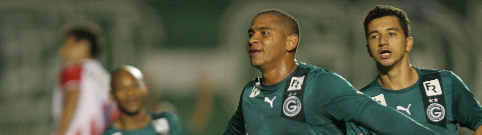 07.08.13 - Valter celebra gol do Goiás na vitória contra o Náutico