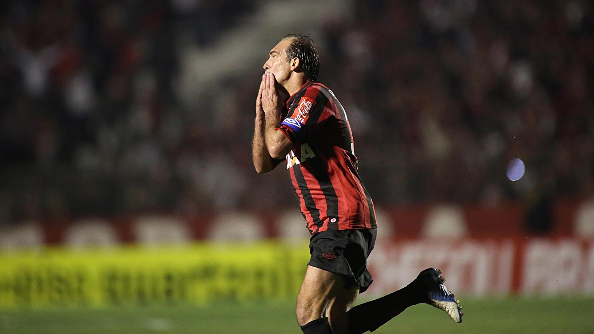 07.08.2013 - Paulo Baier comemora gol do Atlético-PR na vitória contra o Bahia