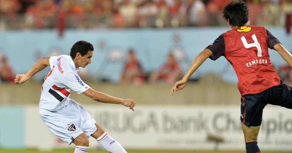 07.ago.2013 - Ganso arrisca de fora da área e marca o primeiro gol do São Paulo contra o Kashima Antlers
