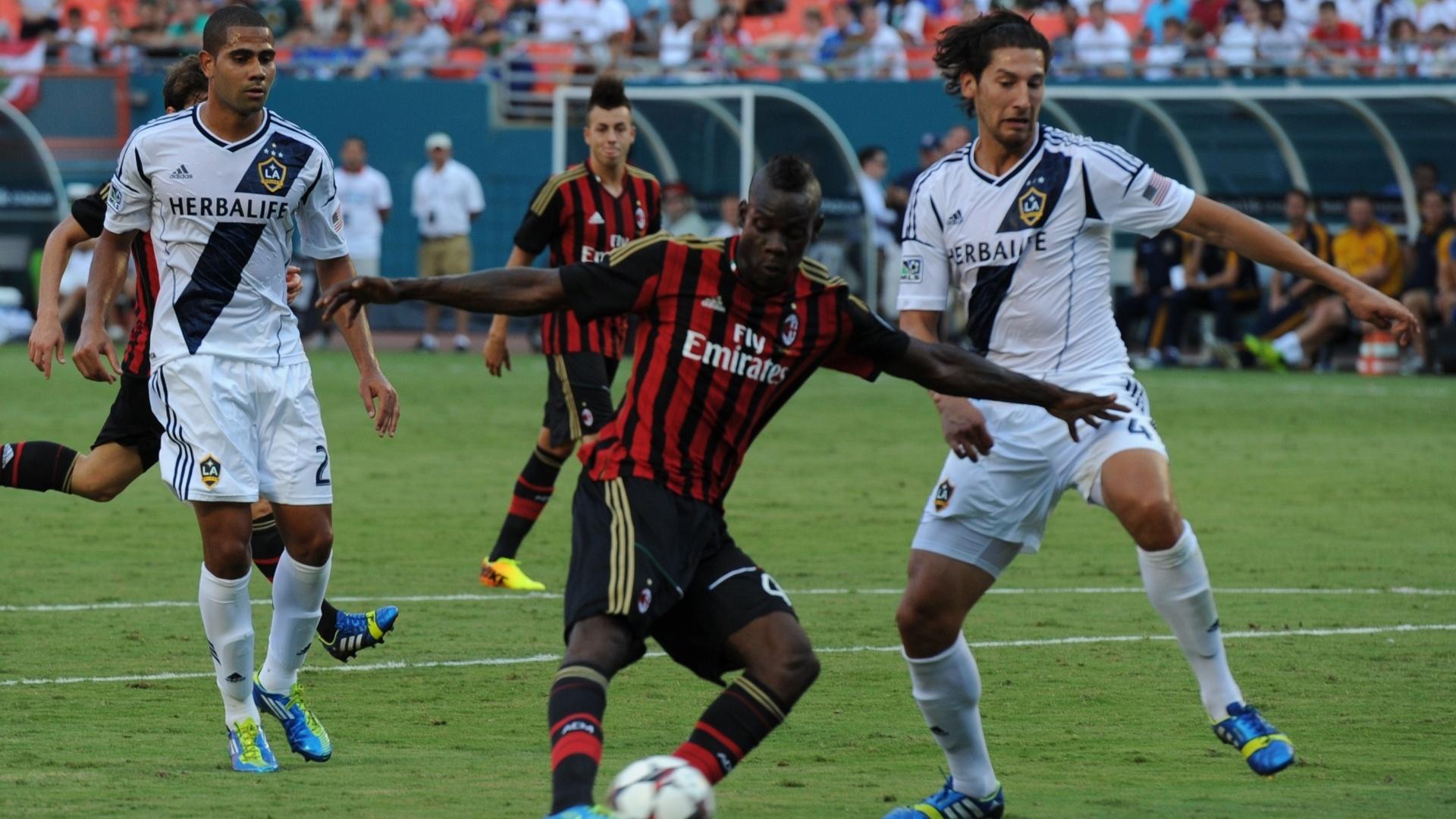 07-08-2013 - Balotelli marcou o primeiro gol do Milan contra o L.A. Galaxy