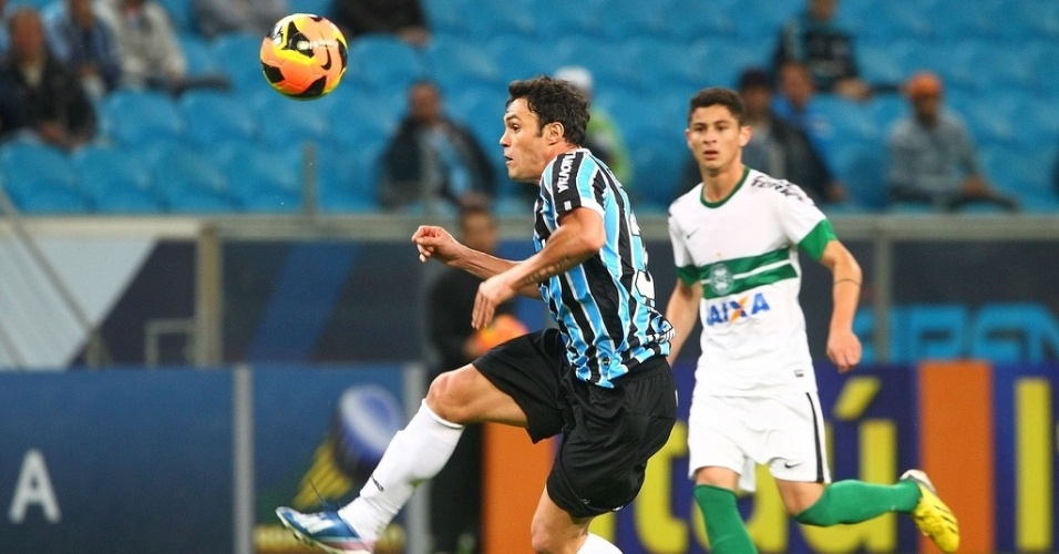 08.08.13 - Kleber Gladiador tenta fazer jogada pelo Grêmio contra o Coritiba