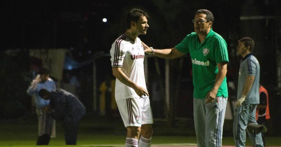 08.ago.2013 - Vanderlei Luxemburgo (d) orienta o atacante Rafael Sobis durante partida do Fluminense