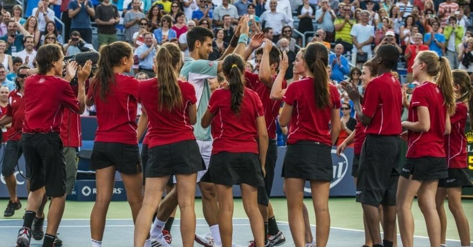 09.ago.2013 - Novak Djokovic dança com pegadores de bola após vitória sobre Richard Gasquet no Masters 1000 de Montréal