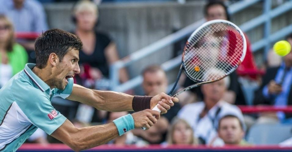 09.ago.2013 - Novak Djokovic de backhand durante vitória sobre o francês Richard Gasquet no Masters 1000 de Montréal