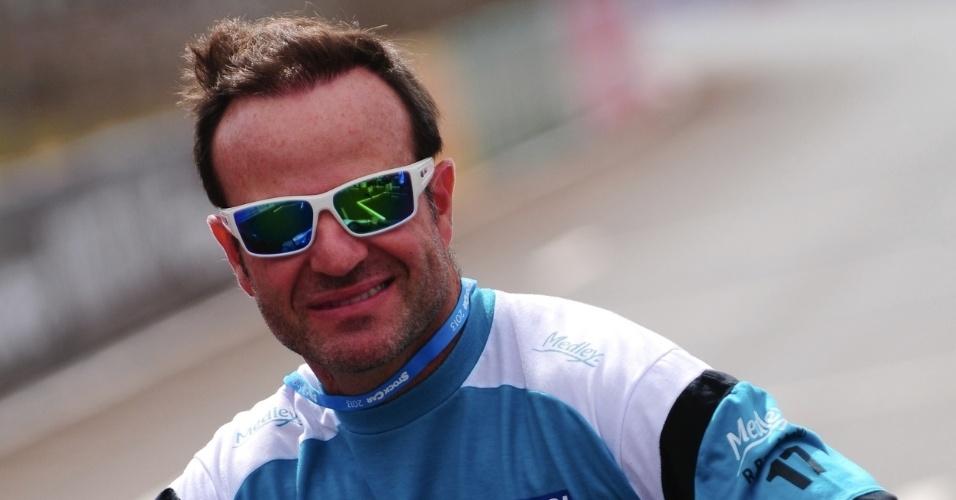 09.ago.2013 - Rubens Barrichello passeia pelo circuito de Ribeirão Preto durante treino livre da Stock Car