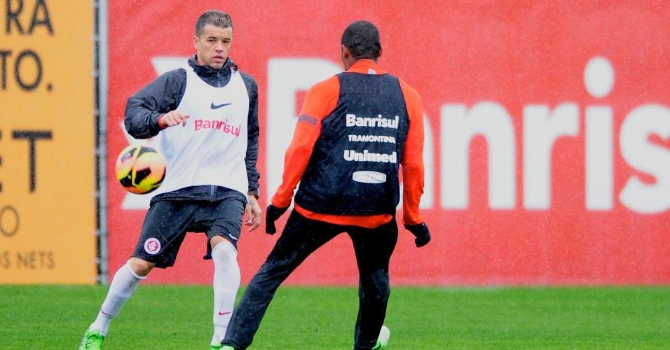 D'Alessandro faz passe durante treino do Internacional (09/08/2013)