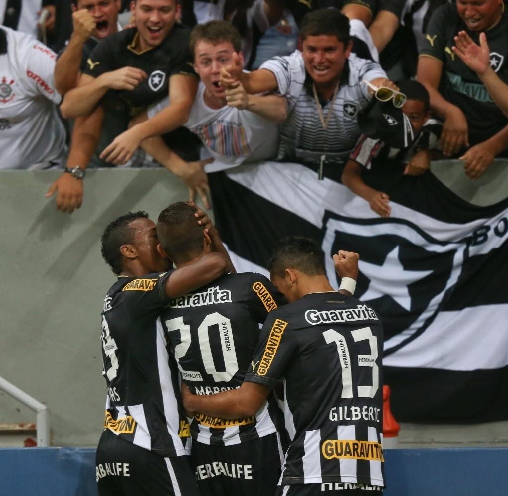 10.08.2013 - Botafogo empatou com Goiás, chegou a 25 pontos e voltou à liderança do Brasileiro