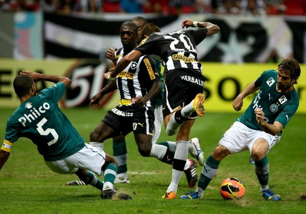 10.08.2013 - Goiás empatou com o Botafogo em gol contra marcado por André Bahia