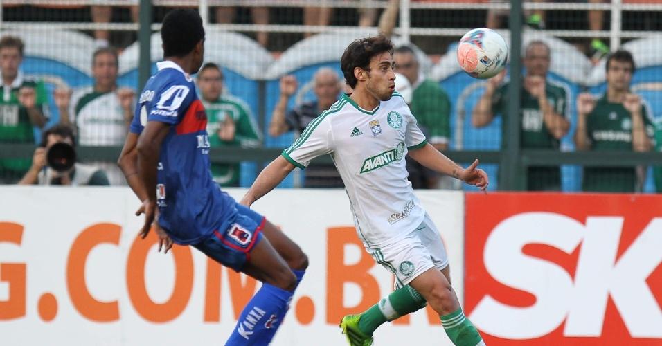 10.08.2013 - Meia chileno Valdivia tenta o domínio na partida entre Palmeiras e Paraná no Pacaembu