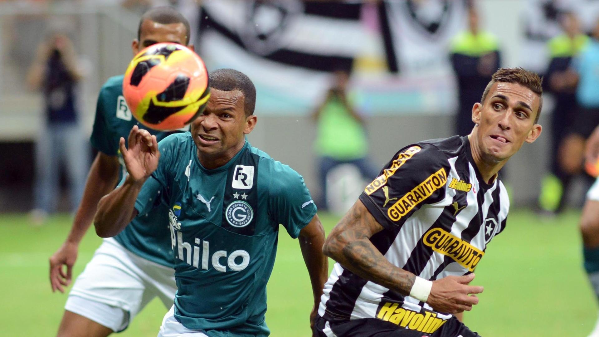 10.08.2013 - Rafael Marques e Vitor disputam a bola durante Botafogo x Goiás