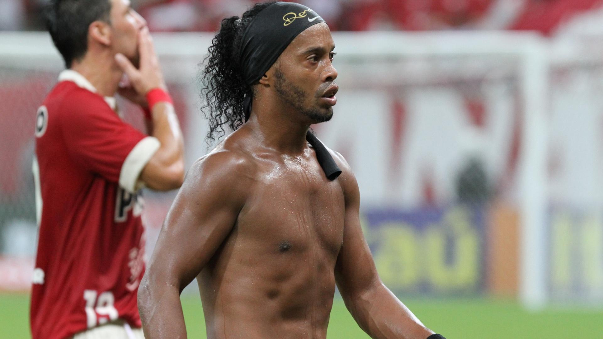 10.08.2013 - Ronaldinho Gaúcho deixa o campo após primeiro tempo de Náutico e Atlético-MG