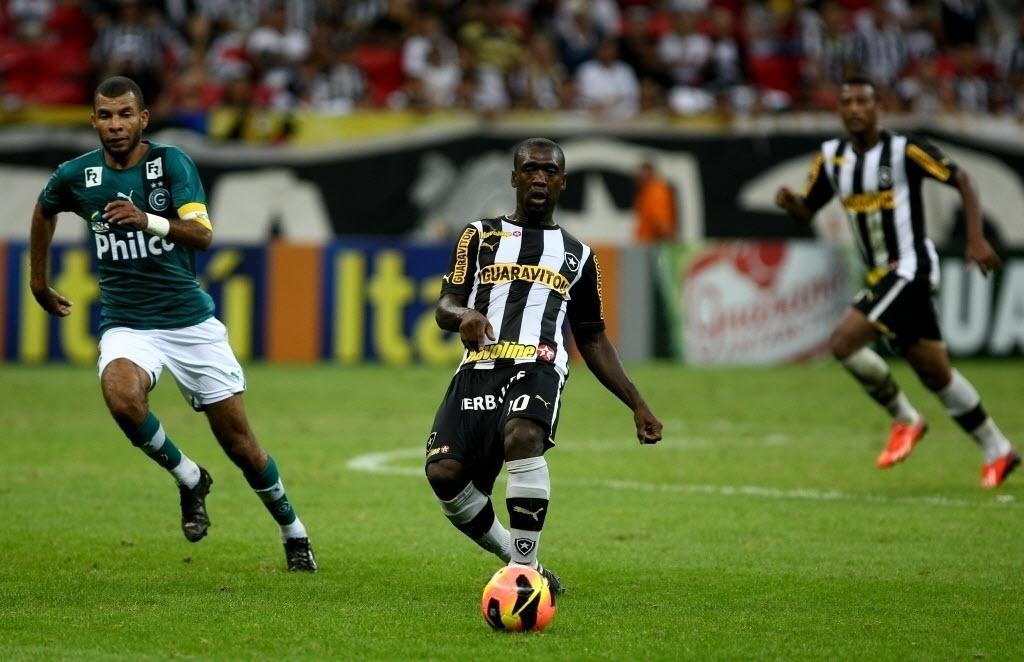 10.08.2013 - Seedorf, apagado, produziu pouco no confronto entre Botafogo e Goiás