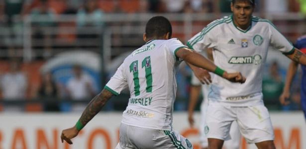10.08.2013 - Wesley finta o zagueiro do Paraná e manda para as redes para virar a partida no estádio do Pacaembu - Robson Ventura/Folhapress