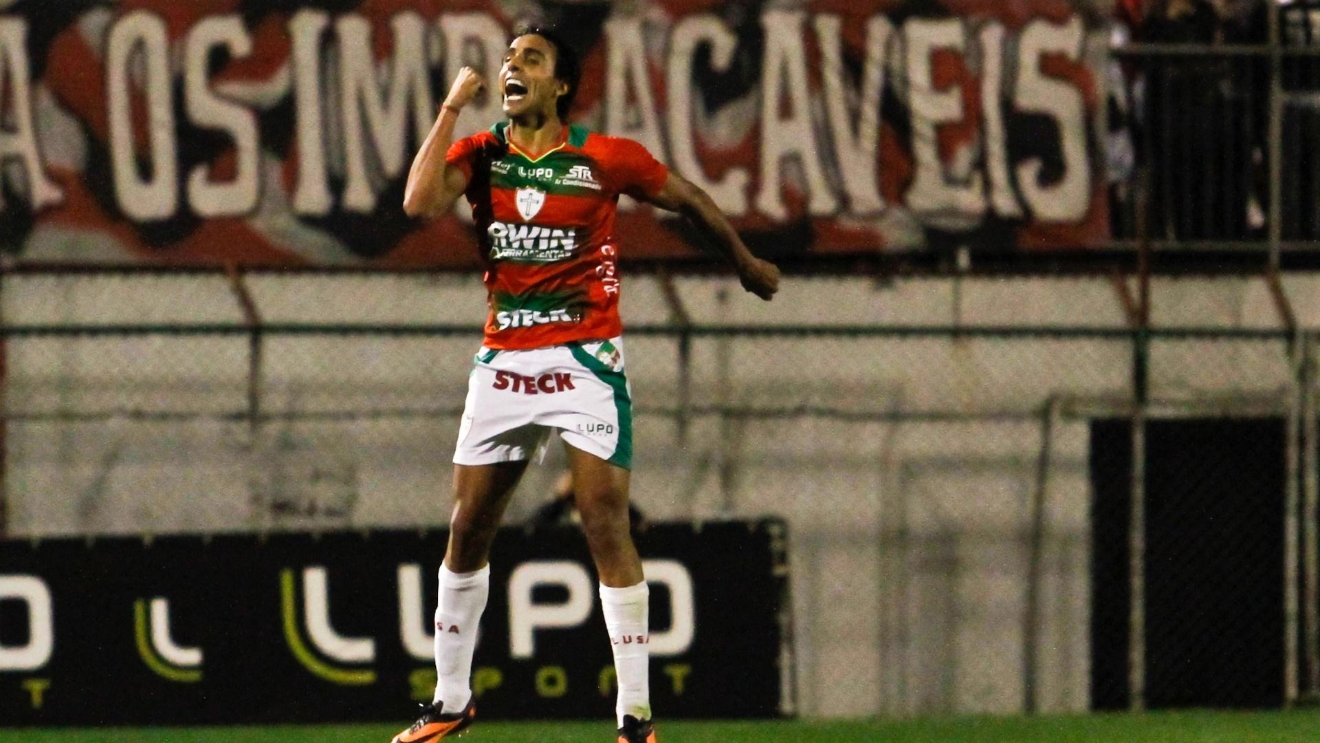 11.08.2013 - Diogo, atacante da Portuguesa, comemora um de seus gols na partida contra o São Paulo, no Canindé