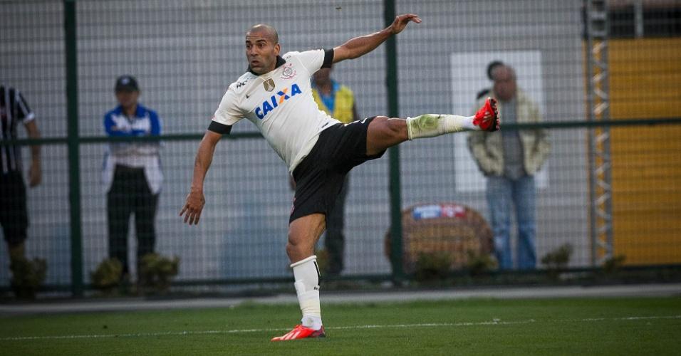 11.08.2013 - Emerson arrisca um voleio de esquerda no 2 a 0 do Corinthians sobre o Vitória, no Pacaembu
