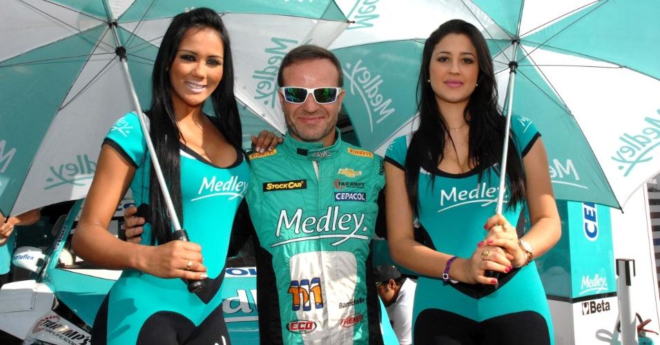 11.08.2013 - Grid girls recepcionam o piloto Rubens Barrichello antes da etapa de Ribeirão Preto da Stock Car