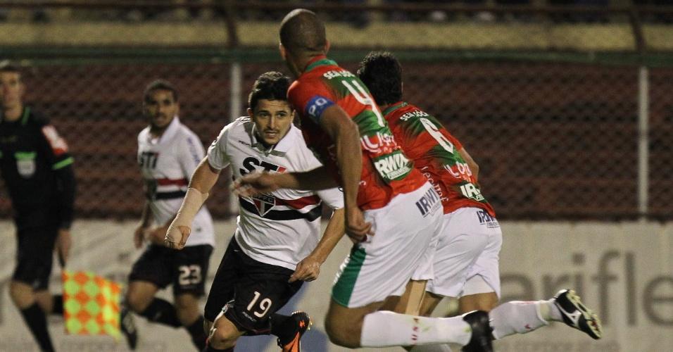 11.08.2018 - Aloísio, atacante do São Paulo, disputa a bola com Rogério, lateral da Portuguesa, durante o jogo entre os dois times no Canindé
