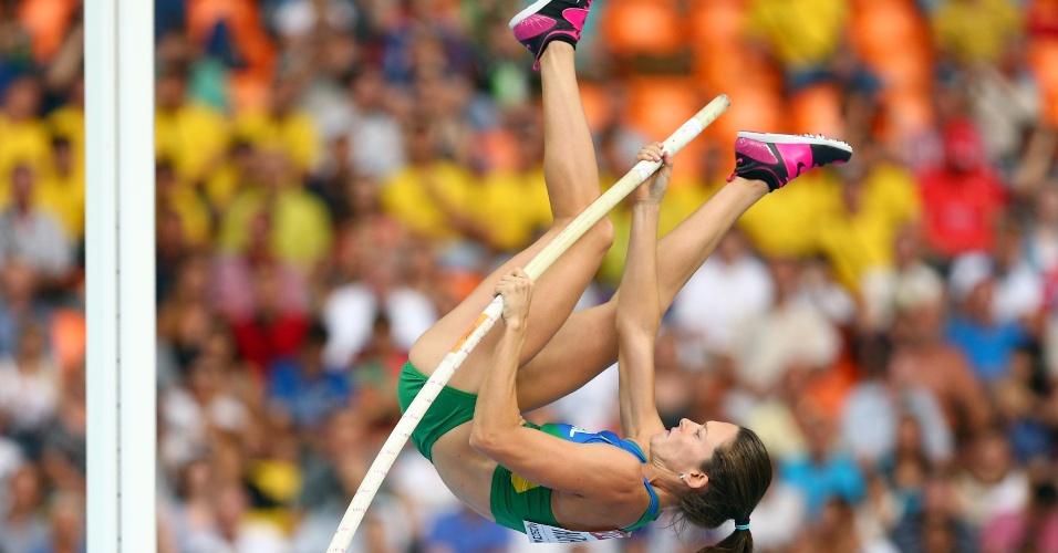 11.ago.2013 - Brasileira Fabiana Murer salta durante a fase classificatória do salto com vara do Mundial de Moscou