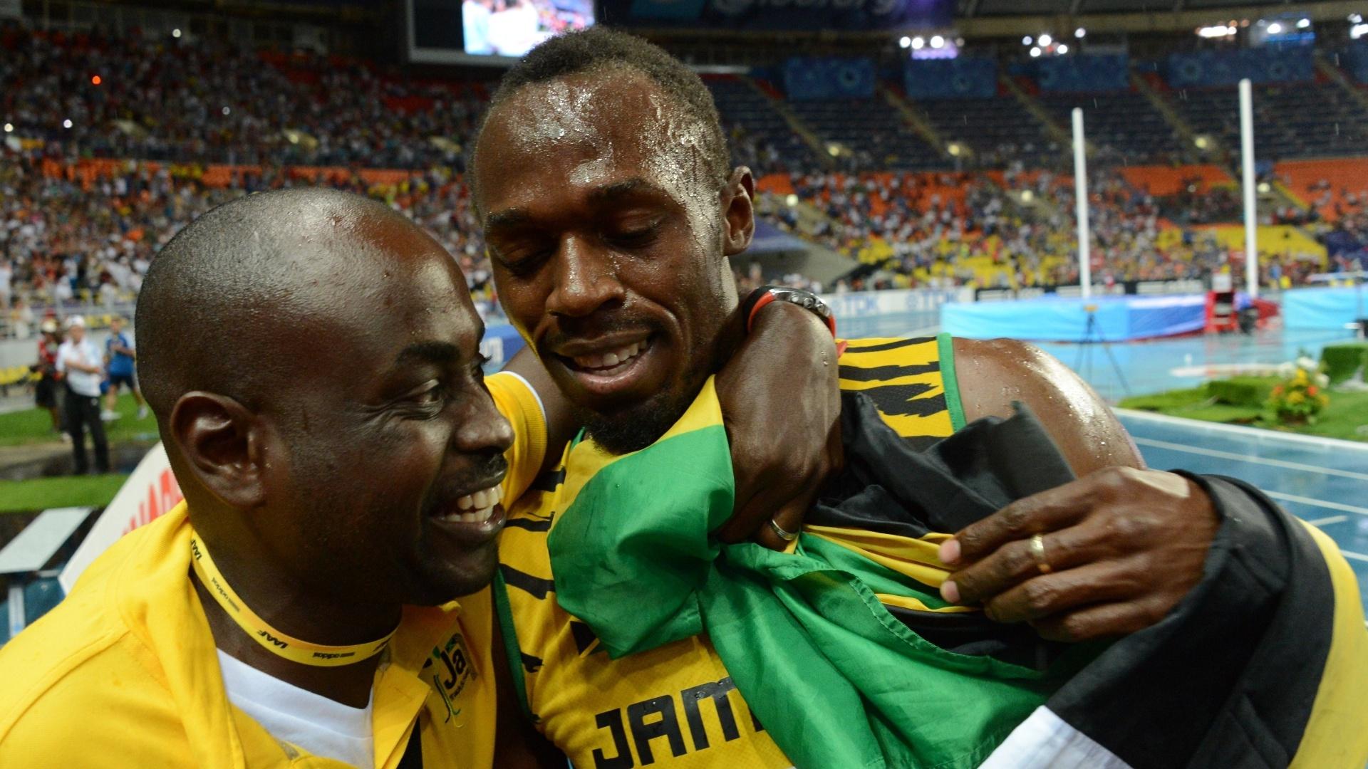 11.ago.2013 - Emocionado, o jamaicano Usain Bolt é abraçado após vencer os 100m do Mundial de Moscou