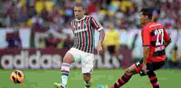Edinho, volante do Fluminense, carrega a bola na partida contra o Flamengo - Fernando Cazaes/Photocamera - Fernando Cazaes/Photocamera