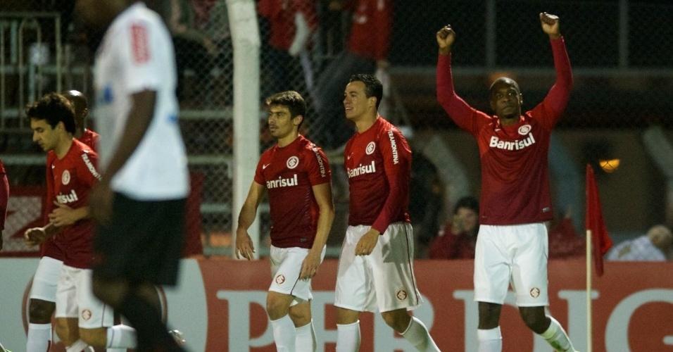 Zagueiro Juan comemora seu gol, no primeiro tempo de Inter x Atlético-PR (11/08/2013)