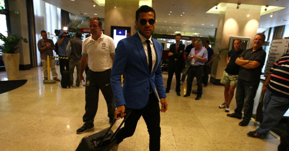 12ago2013 - Daniel Alves chega a Basel para amistoso contra a Suíça
