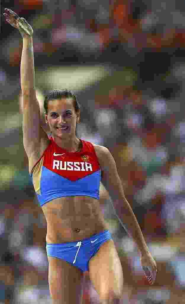 A musa russa Yelena Isinbaeva sorri após se classificar para a decisão do salto com vara no Mundial de Moscou - REUTERS/Denis Balibouse