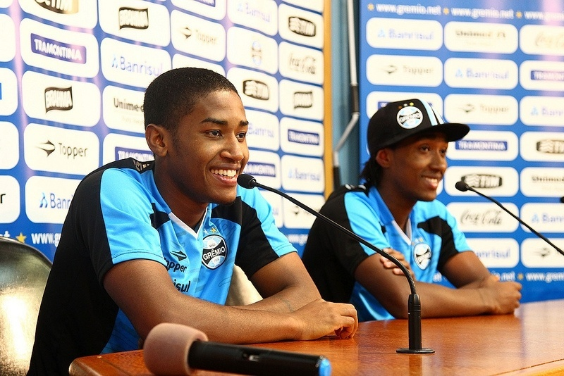 Irmãos Matheus (e) e Guilherme (d) Biteco concedem entrevista coletiva no Grêmio (12/08/2012)