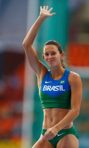 13.ago.2013 - Brasileira Fabiana Murer acena para o público ao superar marca na final do salto com vara