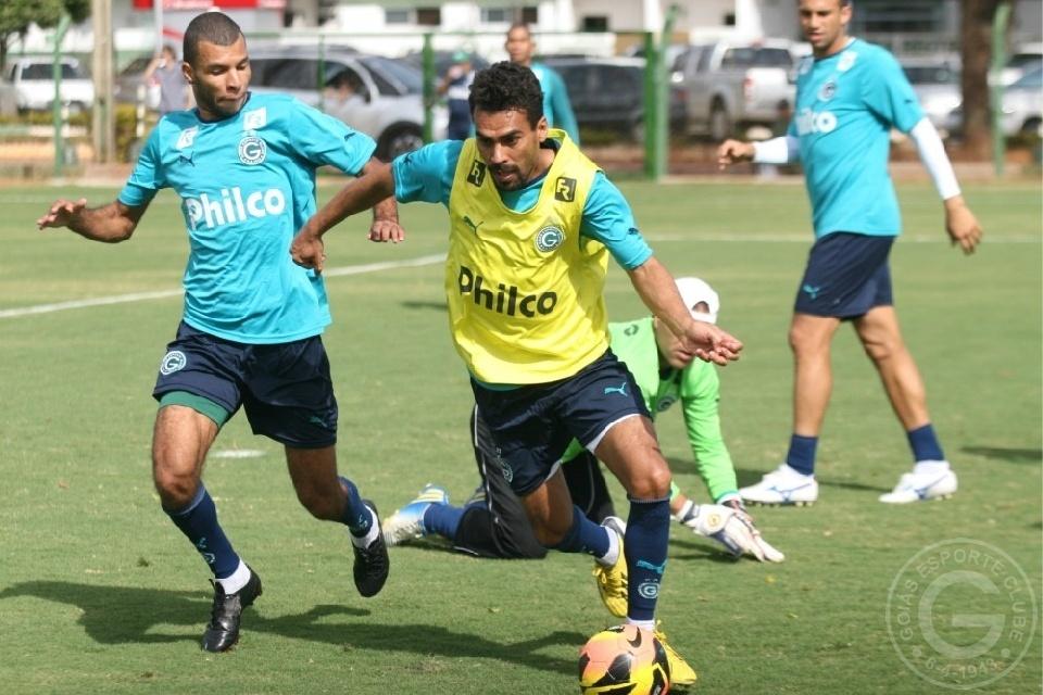 Araújo tenta passar por Amaral durante treino do Goiás