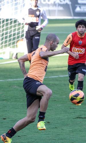 Diego Tardelli participa de treino do Atlético-MG na Cidade do Galo (13/8/2013)