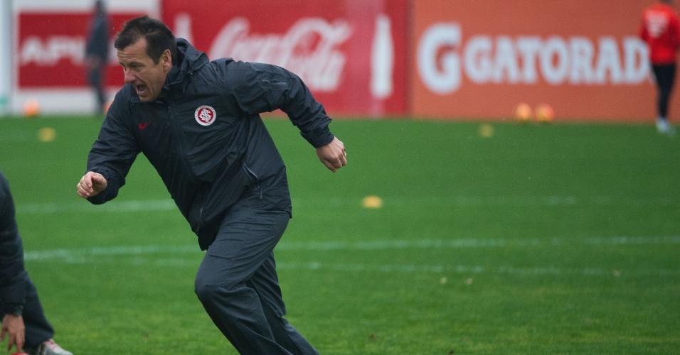 Dunga corre junto com jogadores durante treino físico do Internacional (13/08/13)