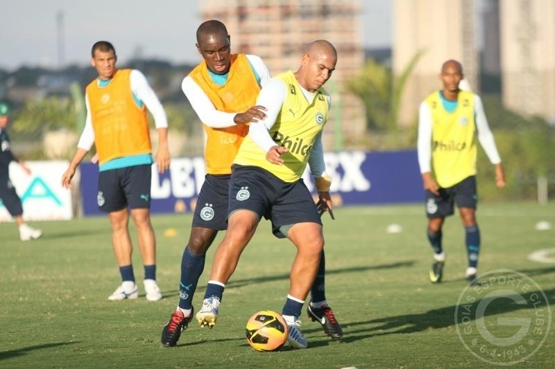 Hugo tenta roubar a bola de Walter durante treino do Goiás