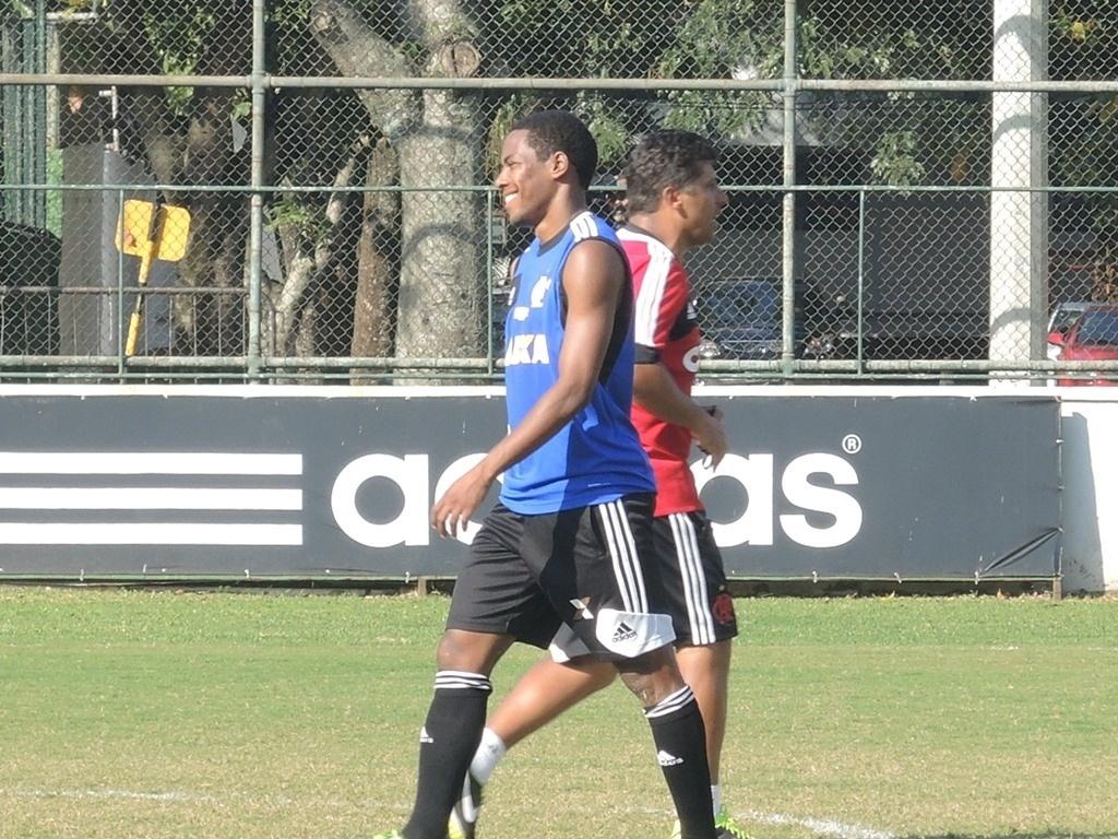 O volante Elias participou de treino do Flamengo na Gávea