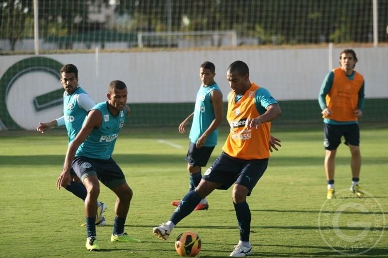 O zagueiro Rodrigo tenta driblar Ernando durante treino do Goiás