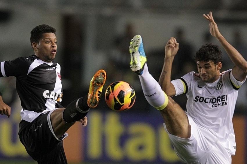 14.ago.2013 - André (e) disputa bola com Willian José durante empate entre Santos e Vasco na Vila Belmiro