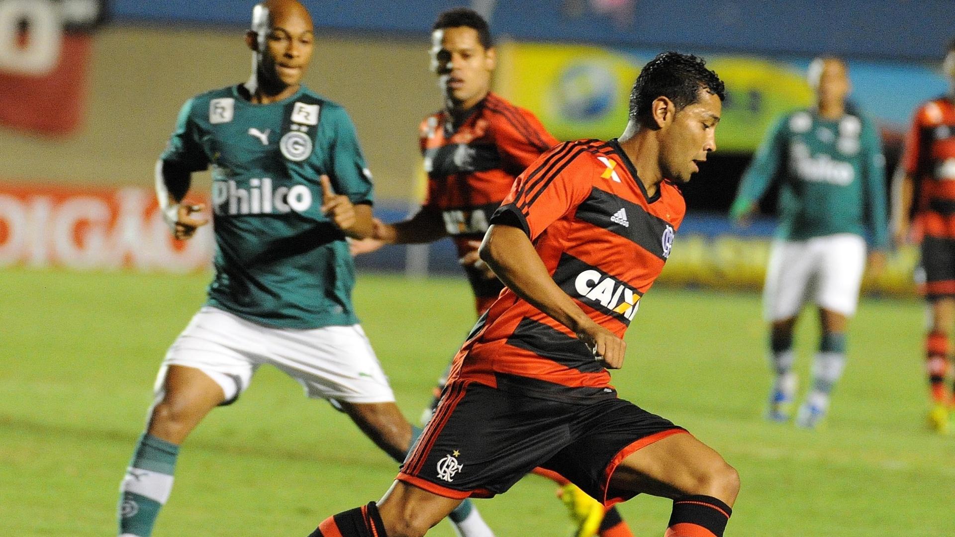 14.ago.2013 - André Santos domina a bola durante a partida entre Goiás e Flamengo no Serra Dourada