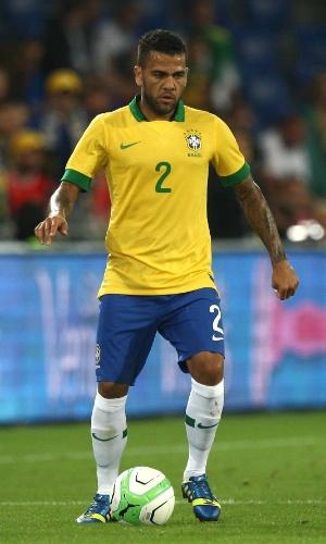 14.ago.2013 - Autor do gol contra que definiu a vitória da Suíça sobre o Brasil, Daniel Alves domina a bola durante o amistoso