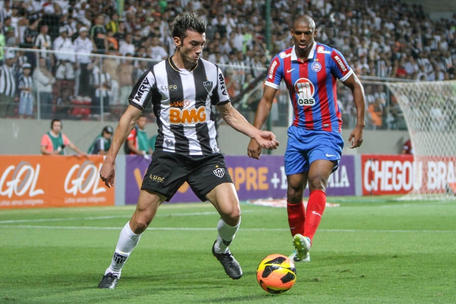 14.ago.2013 - Dátolo (e) tenta fugir da marcação durante a partida contra o Bahia no Independência