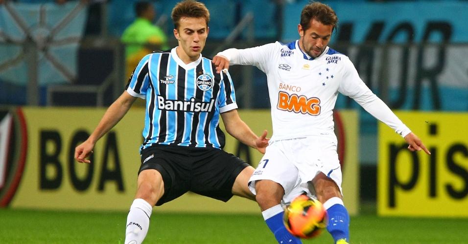14.ago.2013 - Everton Ribeiro (d) tenta domínio durante partida entre Grêmio e Cruzeiro em Porto Alegre