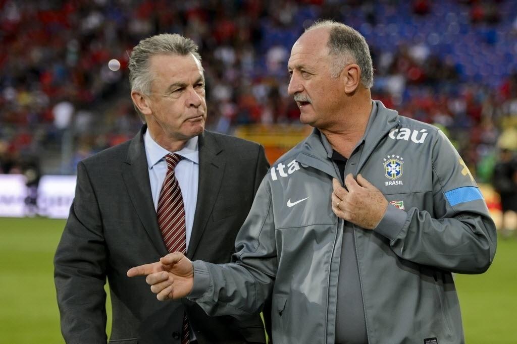 14.ago.2013 - Felipão conversa com o técnico da Suíça, o alemão Ottmar Hitzfeld, durante amistoso na Basileia
