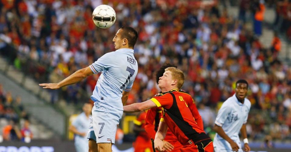 14.ago.2013 - Franck Ribéry tenta dominar a bola no alto durante amistoso contra a Bélgica; partida, realizada em Bruxelas, terminou sem gols