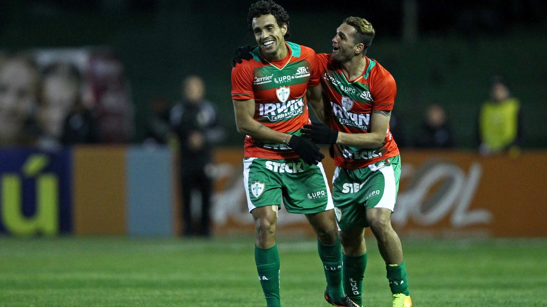 14.ago.2013 - Gilberto (d) comemora com Diogo após marcar para a Portuguesa contra o Coritiba no Couto Pereira