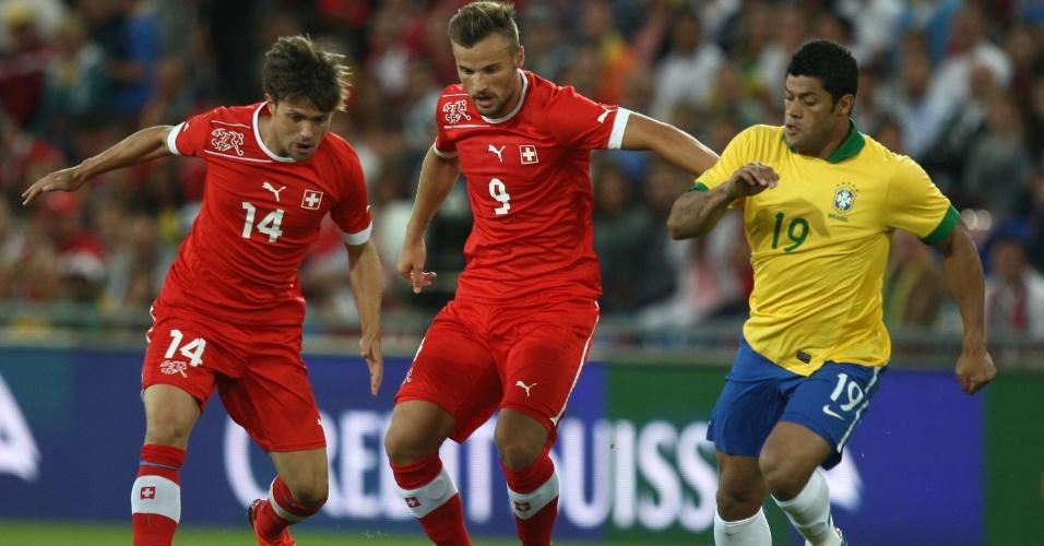 14.ago.2013 - Hulk disputa bola durante amistoso do Brasil contra a Suíça na Basileia