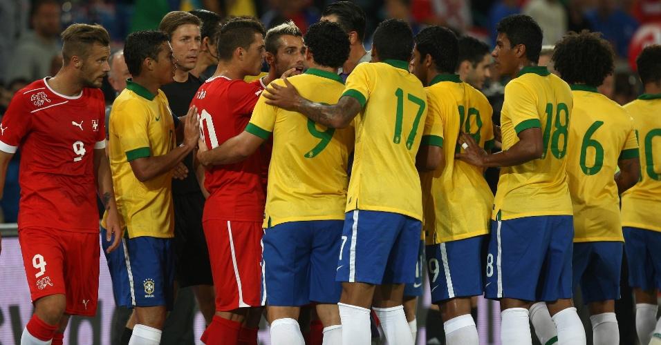 14.ago.2013 - Jogadores de Brasil e Suíça se envolvem em princípio de confusão durante amistoso na Basileia