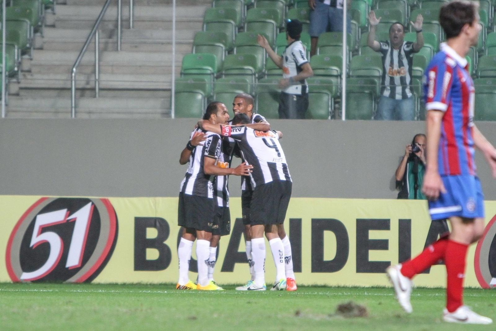 14.ago.2013 - Jogadores do Atlético-MG comemoram gol contra o Bahia no Independência pelo Brasileirão