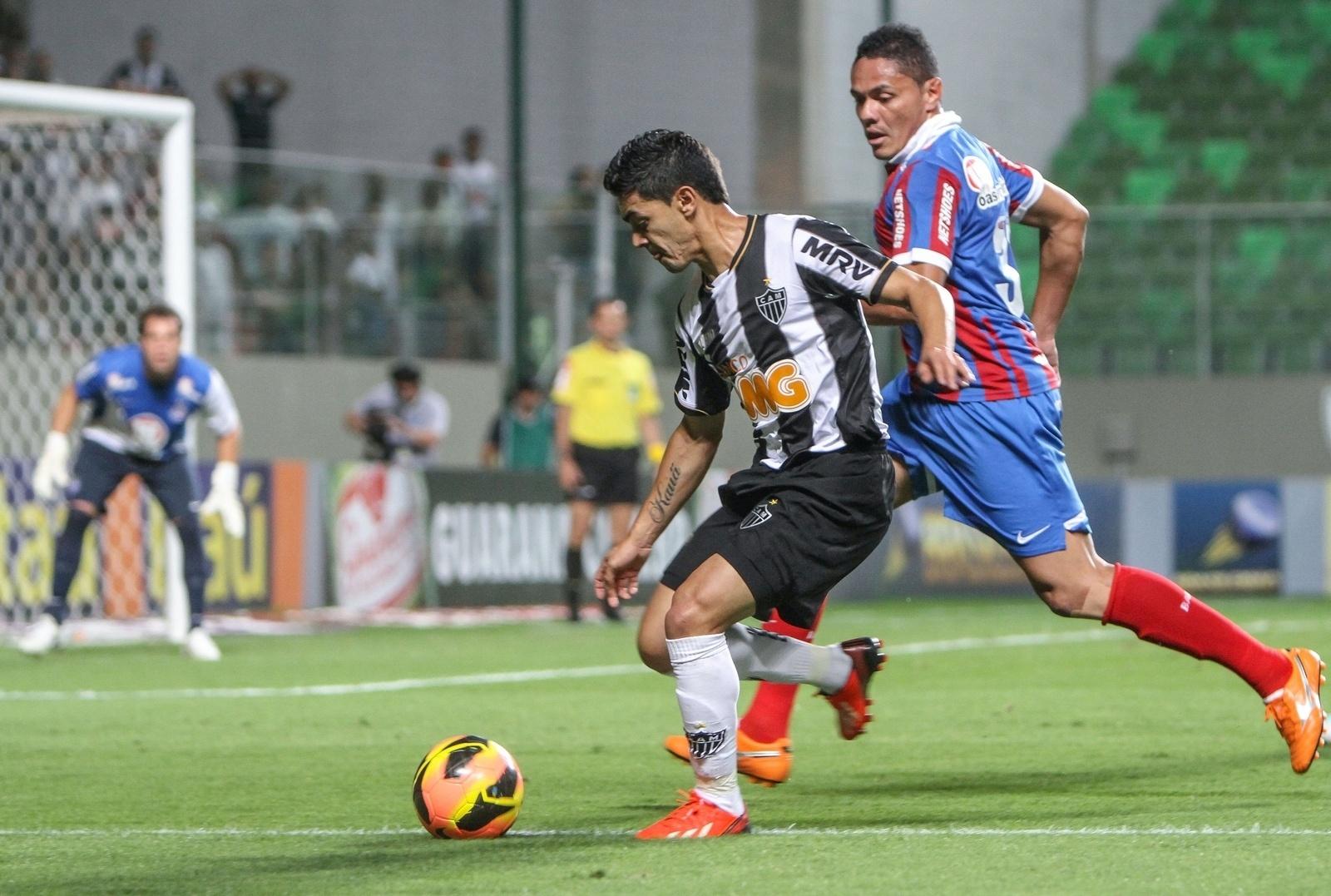 14.ago.2013 - Josué, do Atlético-MG, tenta jogada contra o Bahia pelo Brasileirão no Independência