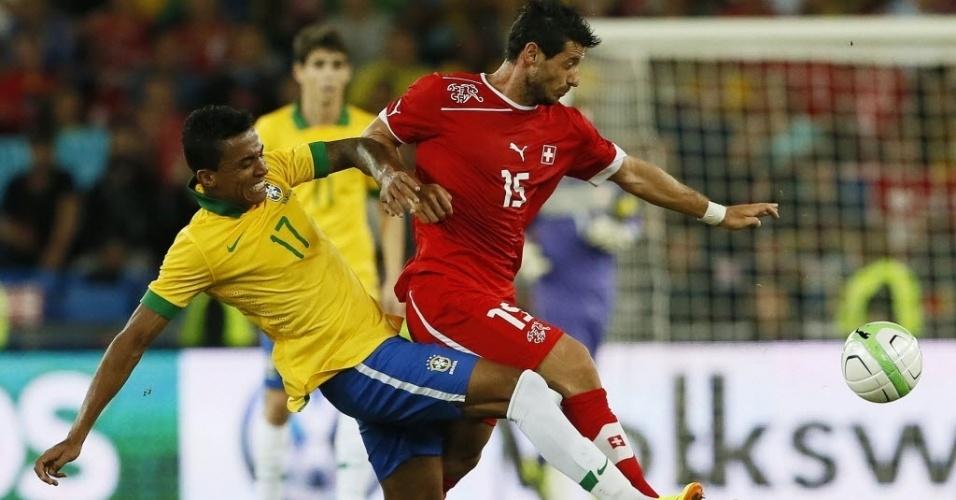 14.ago.2013 - Luiz Gustavo disputa jogada com Blerim Dzemaili durante derrota do Brasil para a Suíça em amistoso