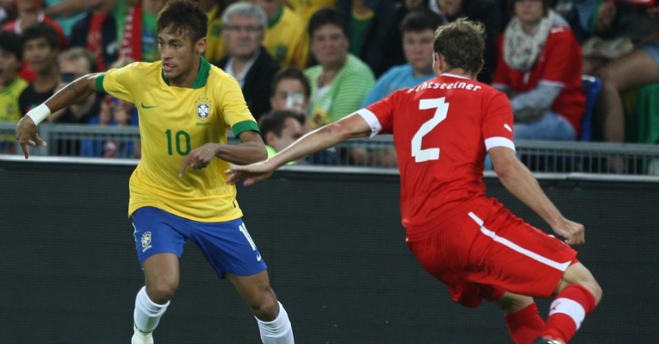 14.ago.2013 - Neymar tenta o drible sobre Lichtsteiner durante derrota do Brasil em amistoso contra a Suíça